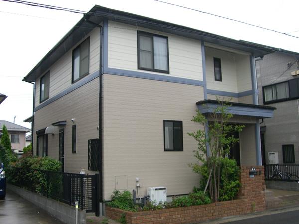 1階と2階で外壁の色が違う家